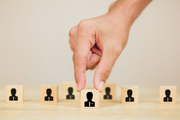 Übergeben sie geschäftspersonalabteilung, einstellungsangestellten und talentmanagemen mit erfolgreichem geschäftsteamleiterkonzept