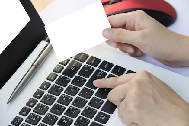 Übergeben sie griffkreditkarte und drücken sie geben auf tastaturlaptop, geschäftsfinanzkonzept ein