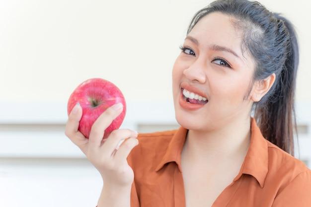 Übergewichtige asiatische pralle frau mit apfel