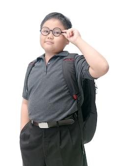 Übergewichtige asiatische studenten tragen gläser mit schultasche