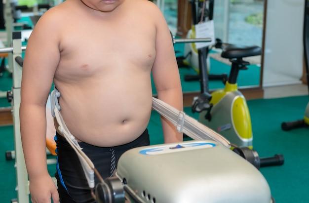 Übergewichtige fette junge übung in fitness