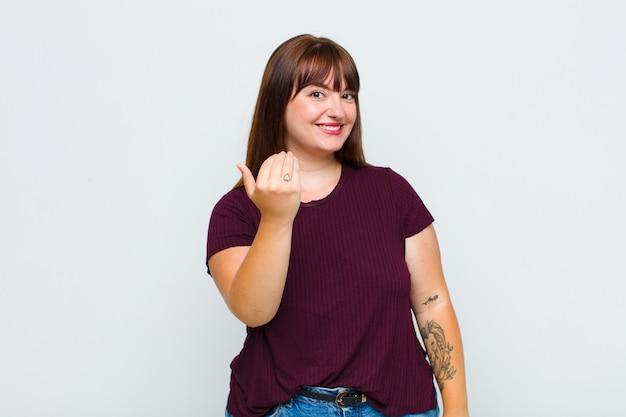 Übergewichtige frau, die sich glücklich, erfolgreich und selbstbewusst fühlt, sich einer herausforderung stellt und sagt, bring sie an! oder dich begrüßen