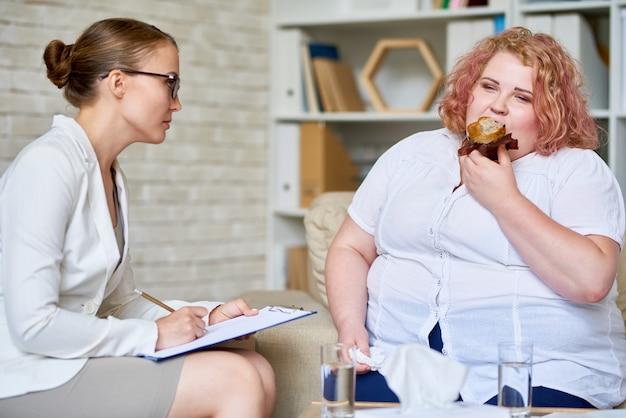 Übergewichtige frau, die über essstörung berät