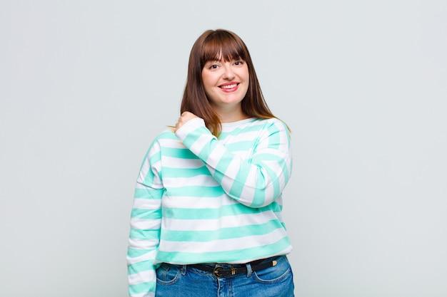 Übergewichtige frau fühlt sich glücklich, positiv und erfolgreich, motiviert, wenn sie sich einer herausforderung stellt oder gute ergebnisse feiert