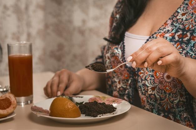 Übergewichtige frau ist auf einer diät, die gesundes essen isst