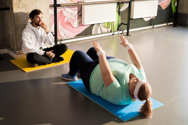 Übergewichtige frau trainieren