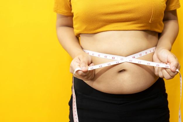 Übergewichtige frau wollen trainieren und gewicht kontrollieren.