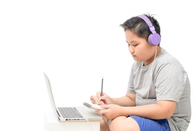 Übergewichtige schüler tragen kopfhörer studie online mit lehrer isoliert