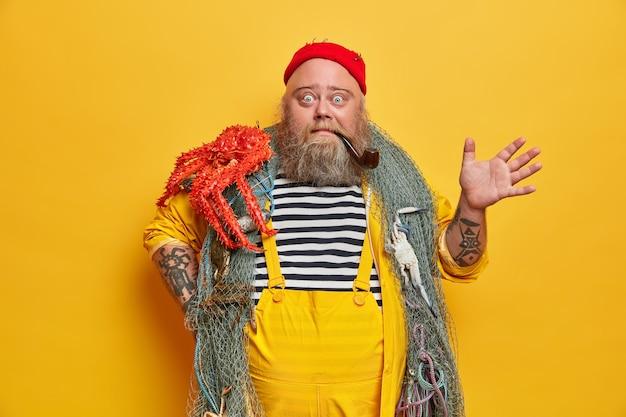 Übergewichtiger bärtiger seemann mit fischernetz