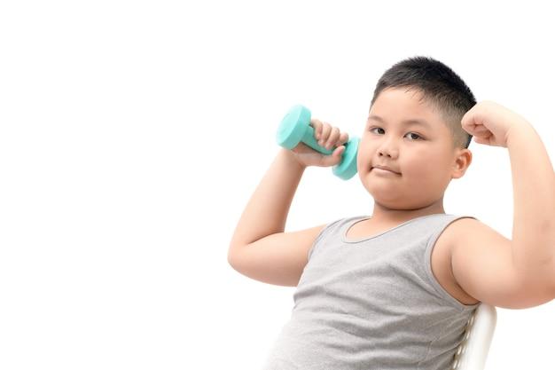 Übergewichtiger fetter junge, der den dummkopf lokalisiert auf weißem hintergrund, diät und übung für gute gesundheit conce hält