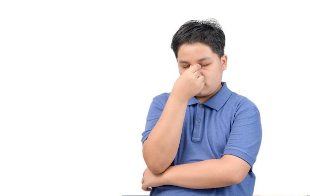 Übergewichtiger junge fühlt sich gestresst oder kopfschmerzen isoliert auf weißem hintergrund, gesundheitskonzept