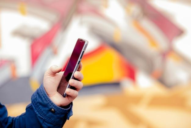 Übergibt telefon des jungen mannes für das suchen, auf internet erziehend.