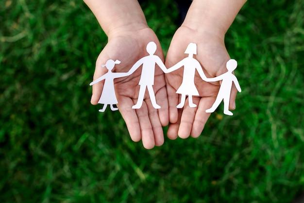 Übergibt vierköpfige familie auf weiß