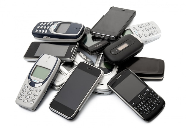 Überholtes mobiltelefon auf weißem hintergrund