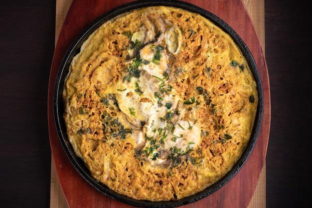 Überkopfaufnahme der köstlichen fritata auf einer platte