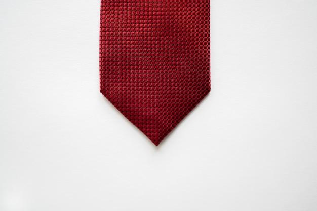 Überkopfaufnahme einer roten krawatte auf einer weißen oberfläche