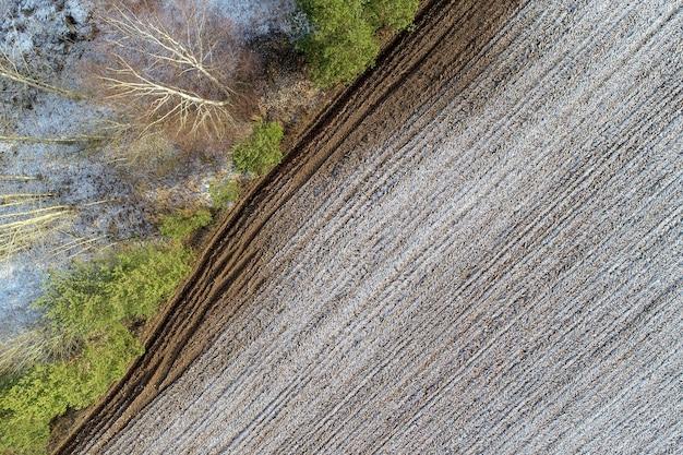 Überkopfaufnahme eines landwirtschaftlichen feldes in der landschaft