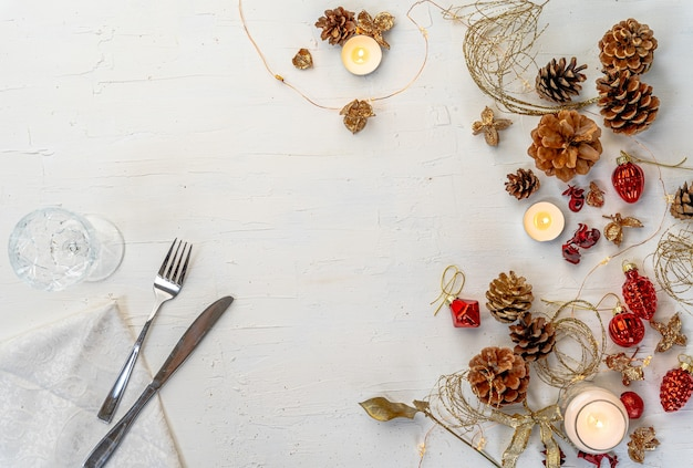Überkopfaufnahme eines rustikalen bunten weihnachtsessens mit dekoren und raum für text