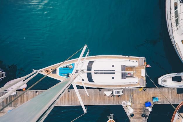 Überkopfaufnahme eines segelboots, das in der bucht von san diego angedockt ist