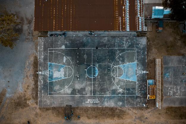 Überkopfaufnahme von leuten auf einem basketballplatz im park