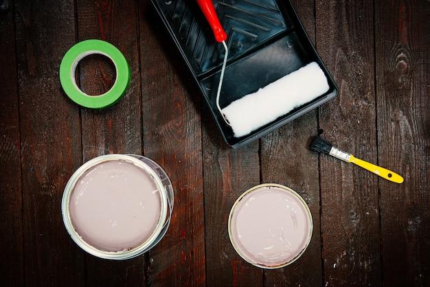 Überkopfaufnahme von wandmalwerkzeugen - pinsel, farben und ein klebeband