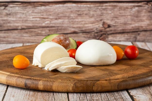 Überkopffoto des büffelmozzarella-käses mit kirschtomaten
