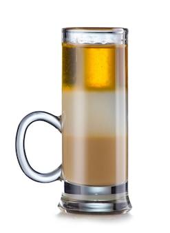 Überlagertes alkoholisches cocktail getrennt auf weiß