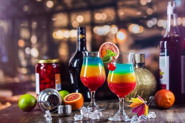 Überlagertes cocktail des sommerregenbogens