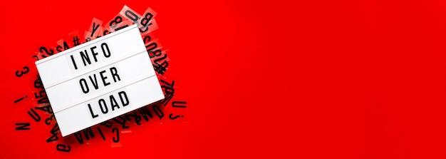 Überlastungskonzept für informationen. leuchtkasten auf leuchtendem rot. kopierraum der oberen horizontalen ansicht.