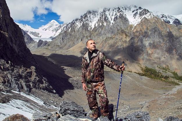 Überleben in freier wildbahn. ein mann in ruhender tarnung