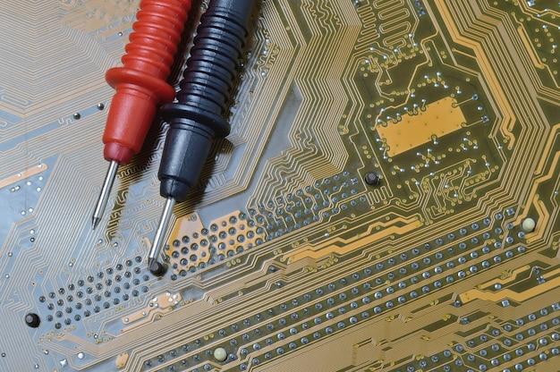 Überprüfen der hauptplatine des computers auf probleme mit einem multimeter.