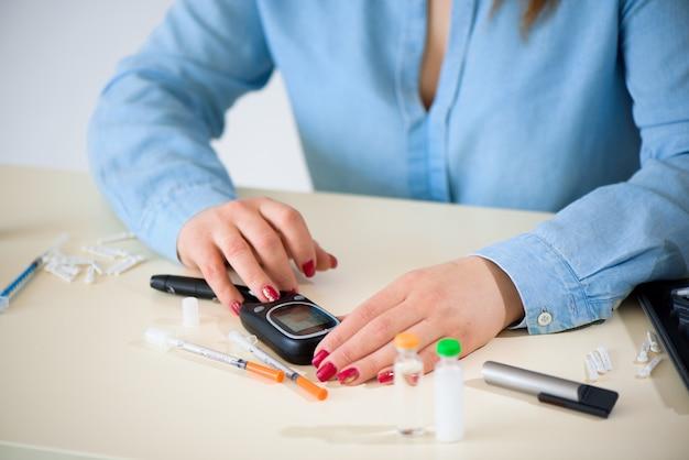 Überprüfen des glukosespiegels mit einem glukometer.