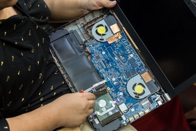 Überprüfen eines notebooks (laptops) zur reparatur im geschäft