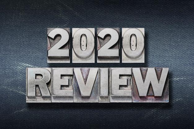 Überprüfen sie 2020 satz aus metallischem buchdruck auf dunklem jeanshintergrund