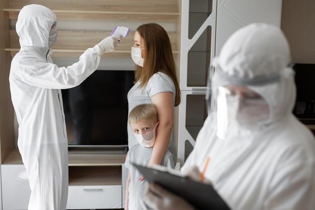 Überprüfen sie die körpertemperatur des patienten mit einem infrarot-stirnthermometer