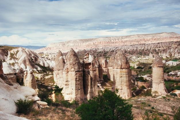 Überprüfen sie einzigartige geologische formationen in kappadokien, türkei. kappa