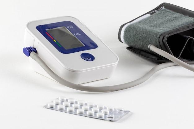 Überprüfen sie ihren blutdruck und ihre herzfrequenz mit einem digitalen manometer für standard-blutdruckwerte