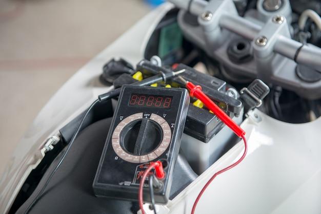 Überprüfen sie, ob die motorradbatterie mit multimeter