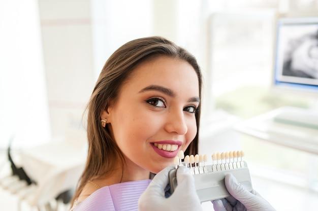 Überprüfen und wählen sie die farbe der zähne.