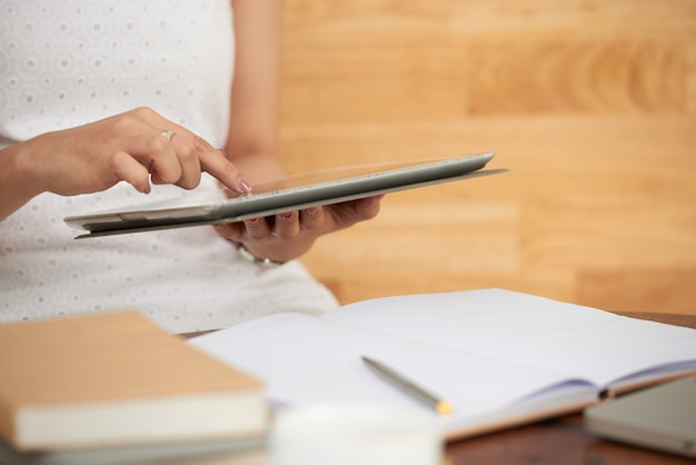 Überprüfen von daten auf dem tablet-computer