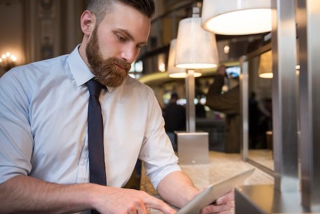 Überprüfen von nachrichten auf einem digitalen tablet