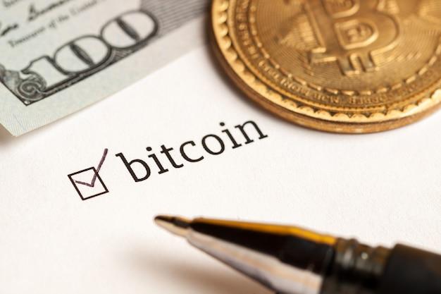 Überprüftes kontrollkästchen mit wort bitcoin und dollar am hintergrund. fragebogen-konzept.