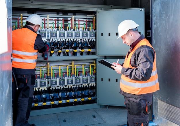 Überprüfung der betriebsspannungspegel des schaltschrankraums der solarkollektoren