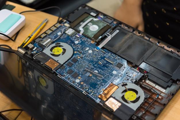 Überprüfung eines notebooks (laptop) auf reparatur im shop