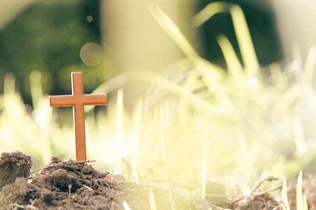 Überqueren sie auf unscharfem sonnenunterganghintergrund. christ, christentum, religion