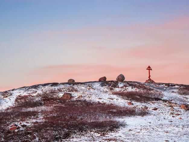 Überqueren sie die kola-halbinsel, kalte morgendämmerung in teriberka. balancing rock auf dem arktischen hügel. erstaunlich von der natur.