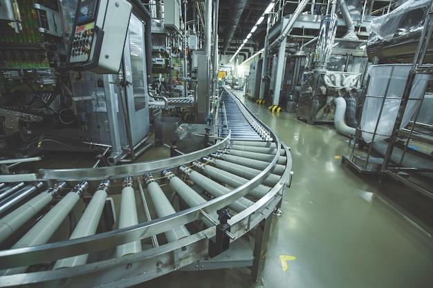 Überquerung der rollenbahn, transportobjekte für die förderrollen der produktionslinie.