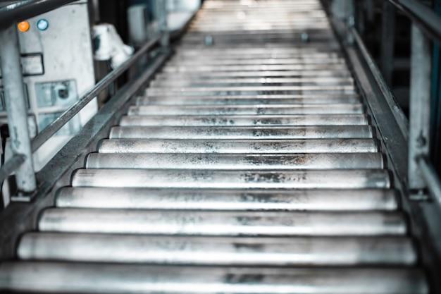 Überquerung des rollenförderers, transportbehälter für förderrollen der produktionslinie.