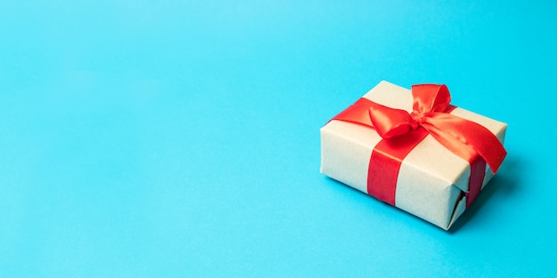 Überraschen sie geschenkboxgeschenkgeschenk mit rotem bandbogen auf hintergrund, nahaufnahme, für valentinsgruß-, weihnachts-, geburtstags- oder muttertagesgeschenk.