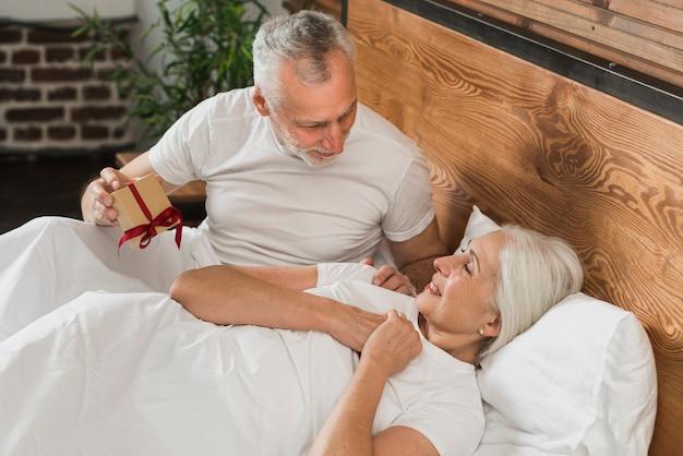 Überraschende frau des älteren mannes am valentinstag